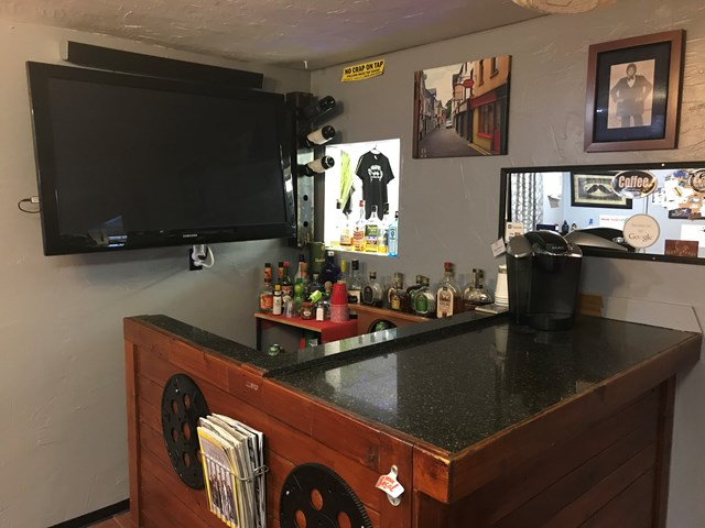 Bar and TV in Shop all Included